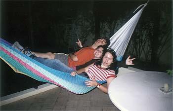 Trois personnes dans un giga hamac à Piste