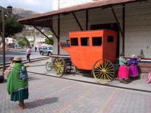 Une calèche d'antan sur le bord de la gare d'Alausi
