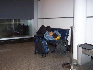 Dormir dans l'aéroport - On dirait que je suis un itinérant là-dessus! Hahaha!