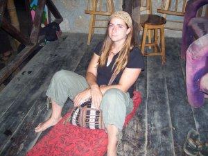 Marie-Ève assise confortablement à la maison du Malabarismo