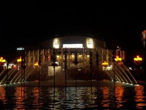 Une fontaine de Montréal vue la nuit
