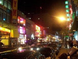 La rue Sainte-Catherine haute en couleur